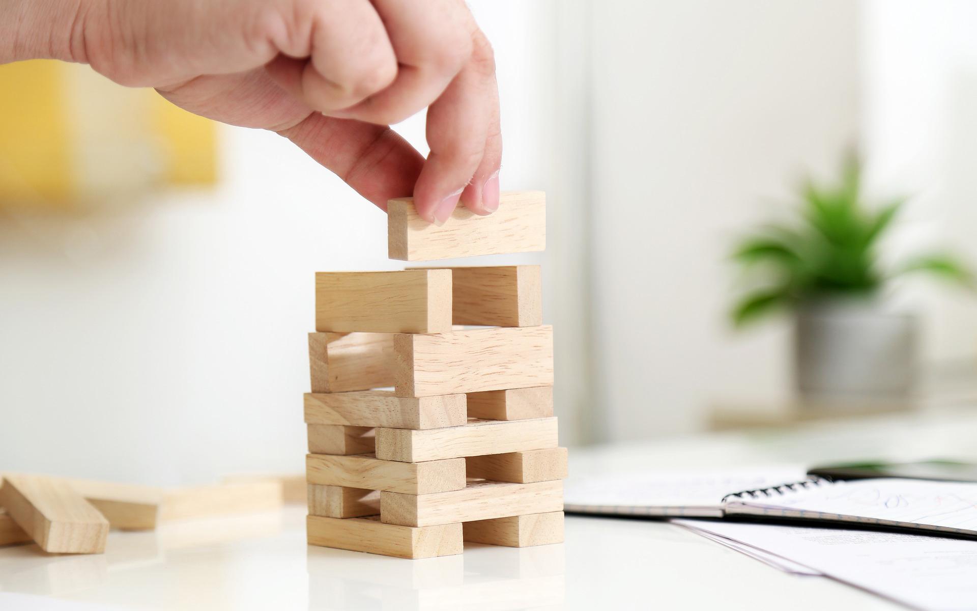 Construction d'une pyramide en blocs de bois